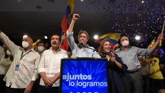 El candidato a la presidencia de Ecuador de la alianza conservadora CREO-PSC, Guillermo Lasso, se declaró vencedor de las elecciones celebradas este domingo, cuando con el 97,79% de las actas escrutadas obtenía el 52,50% de votos, cinco puntos por encima de su rival correísta, Andrés Arauz.