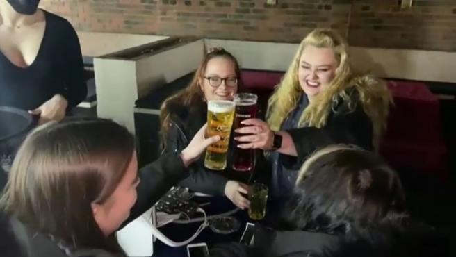 Desde esta medianoche los pubs ingleses sirven a los clientes en las terrazas. Lo hacen 3 meses después de su clausura por el coronavirus. No son los únicos que levantan el cierre en el Reino Unido. También los comercios no esenciales. Apertura que se produce gracias al avance en la vacunación. Lo que se mantiene, como poco hasta el 17 de mayo, es la prohibición de viajar por ocio al extranjero.