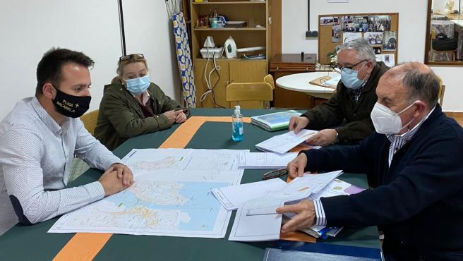Alvaro Queipo se reúne con vecinos sobre el proyecto de la pasarela del Bajo Nalón