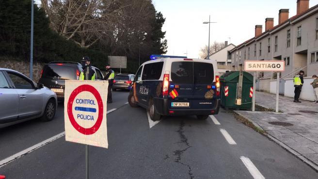 Archivo - Control policial en Santiago de Compostela, que este viernes pasó al nivel máximo de restricciones