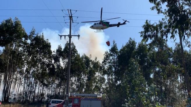 Archivo - Helicóptero de extinción trabaja en un incendio forestal en Culleredo (A Coruña).