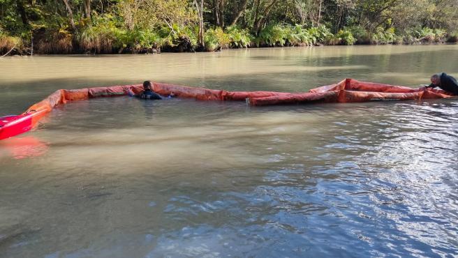 Archivo - Instalación de barreras en el río Eume, donde vertidos han obligado a prohibir el consumo de agua en Pontedeume.