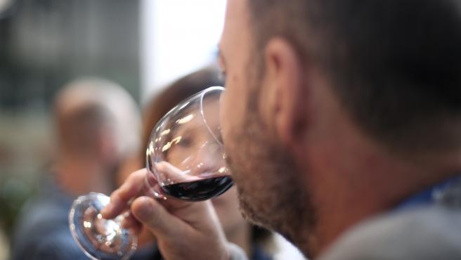 Archivo - Un hombre bebe una copa del vino