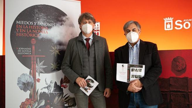 Carlos Martínez (izda) y José Luis Corral presentan las V Jornadas de Novela Histórica de Soria.