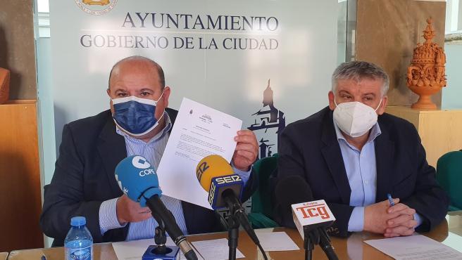 El senador del PP por la provincia de Granada, José Robles, y el alcalde de Guadix, Jesús Lorente