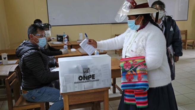 Una mujer vota durante las elecciones presidenciales de Perú, en Cuzco.