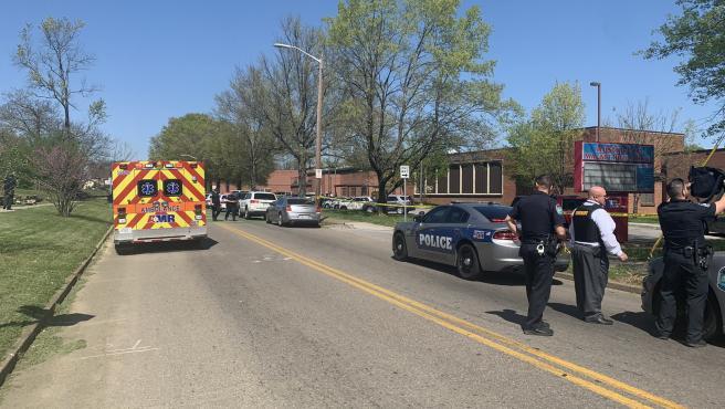 Policías y servicios de emergencias, junto al instituto de secundaria Austin-East Magnet, en Knoxville, Tennessee (EE UU), tras reportarse un tiroteo en el centro.