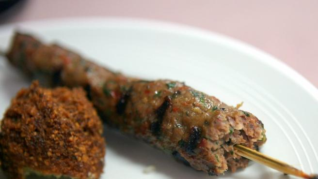 'Kofta' libanesa, brochetas de carne picada especiada.