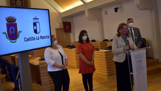 La alcaldesa de Ciudad Real, Pilar Zamora, ha mantenido junto a la consejera de Educación, Cultura y Deportes, Rosa Ana Rodriguez, una reunión telemática con directores y directoras de centros educativos.
