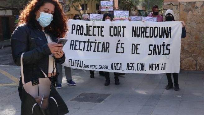 La campaña de Pere Garau, molt més que Nuredduna despliega una pancarta con el lema 'Proyecto de Cort Nuredduna. Rectificar es de sabios' por la visita de representantes de Cort a Pere Garau.