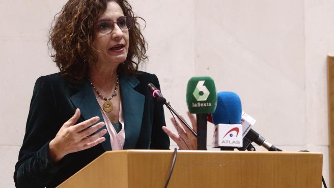La ministra de Hacienda y portavoz del Gobierno, María Jesús Montero, interviene en el acto de constitución del Comité de Personas Expertas para la Reforma Fiscal, a 12 de abril de 2021, en Madrid (España).