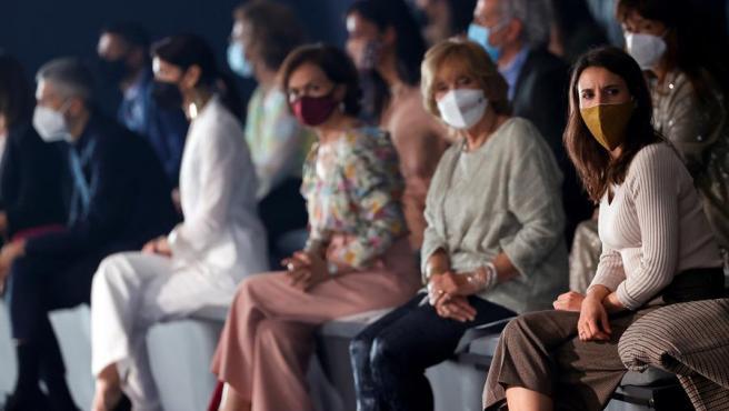 La ministra de Igualdad, Irene Montero (d), y la vicepresidenta primera, Carmen Calvo (3d), durante un desfile del diseñador Ulises Mérida celebrado este sábado en una nueva jornada de la Mercedes-Benz Fashion Week Madrid.