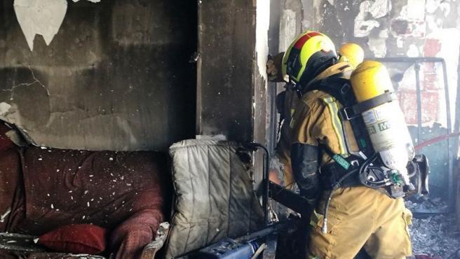 Sucesos.- Los bomberos sofocan un incendio en una vivienda de El Campello