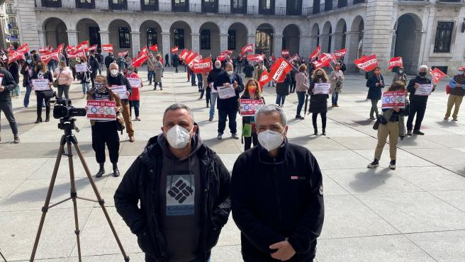 Los secretarios generales de UGT, Mariano Carmona, y CCOO, Carlos Sánchez, en la concentración en la Plaza Porticada de Santander