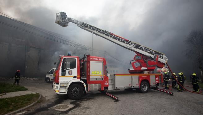Lugo. Incendio en varias naves del Poligono Industrial de O CEAO. El fuego, originado en torno a las 6:30h de la madrugada del sabado al domingo, ha afectado especialmente a las naves de Castro-Parga (Pinturas), Recambio