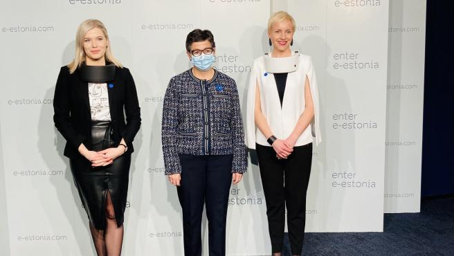 La ministra González Laya con personal gubernamental de Estonia.