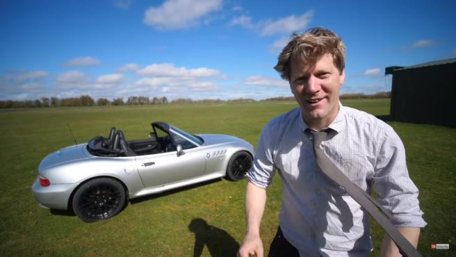 El bloguero instaló en el vehículo algunas de las armas que incluía el de 007.