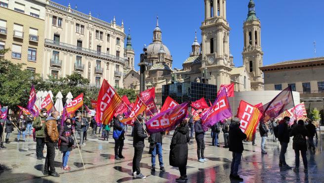 Representantes sindicales de CCOO y UGT se concentran frente a la Delegación del Gobierno en Aragón, en Zaragoza.