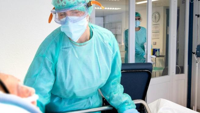 Sanitario con enfermo de coronavirus