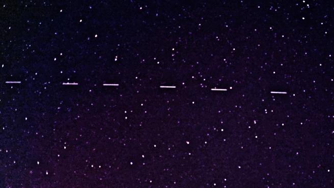 Seis satélites Starlink captados el 28 de abril de 2020 en Georgia (EEUU). Hasta la fecha existen cerca de 1.400 satélites de SpaceX en órbita.