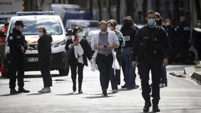 Agentes de la policía francesa aseguran una calle cerca del hospital Henri Dunant donde dos personas han sido tiroteadas en París (Francia).