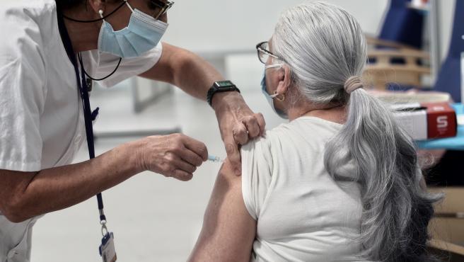 Una mujer es vacunada con la vacuna de AstraZeneca contra el Covid-19 en el Hospital de Emergencias Enfermera Isabel Zendal, a 8 de abril de 2021, en Madrid (España).