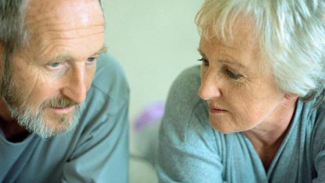 Una pareja conversando.