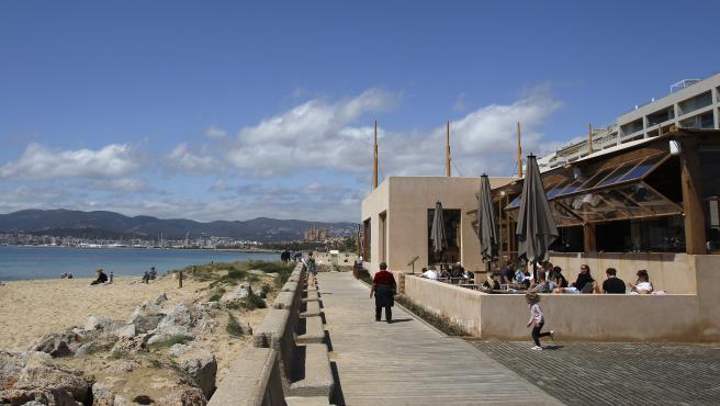 Varias personas en la terraza de un bar, este domingo, en Mallorca.