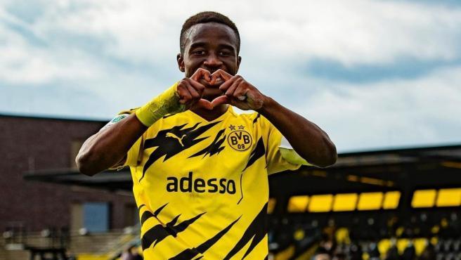 Youssoufa Moukoko celebra un gol.
