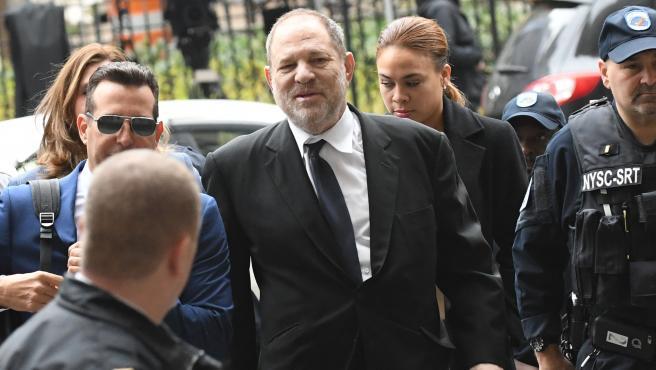 El exproductor de cine Harvey Weinstein fue acusado este lunes de 11 nuevos delitos sexuales en el condado de Los Ángeles (EE.UU.), por lo que podría ser enviado a California, a finales de este mes, desde la cárcel de Nueva York donde cumple su condena en prisión por otro juicio similar.