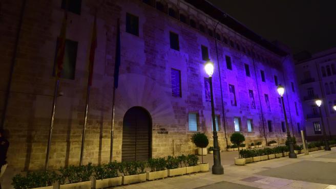 Archivo - Arxiu - El Palau dels Borja, il·luminat amb el color morat, símbol del moviment feminista internacional