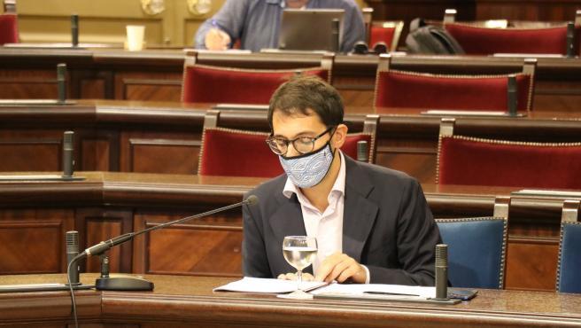 Archivo - El conseller de Modelo Económico, Turismo y Trabajo, Iago Negueruela, en el Parlament.