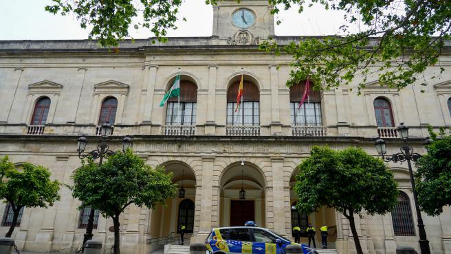 Archivo - Fachada del Ayuntamiento de Sevilla durante el estado de alarma