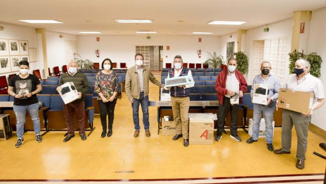 Ayuntamiento de Mairena del Aljarafe entrega equipos informáticos a los centros de mayores