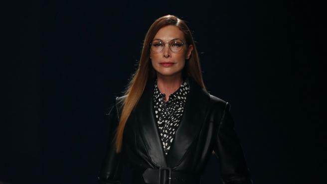 Cristina Piaget desfilando para Angel Schlesser en la Semana de la Moda de Madrid 2021.