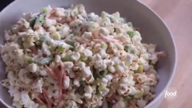 Ensalada de palomitas de maíz elaborada por Molly Yeh.