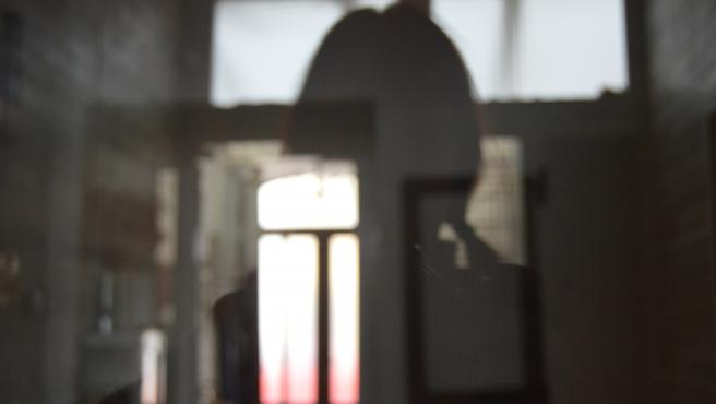 """Esther destaca de entre el material que aporta a esta muestra esta imagen que define cómo se sentía antes de pedir ayuda: «Intentaba poner un pie en el suelo y en la realidad pero era como un ente perdido que no entendía nada""""."""