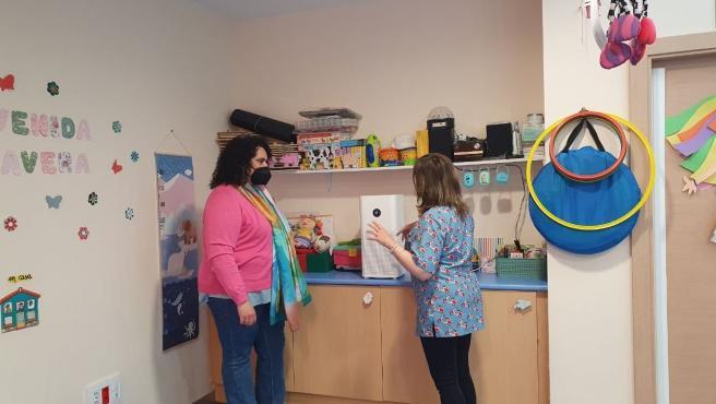 La concejal de Bienestar Social, Vera López, en la entrega de un purificador en una Escuela Municipal Infantil.