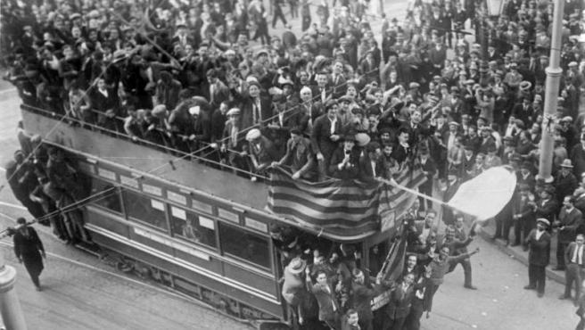 Celebraciones de la proclamación de la Segunda República Española en Barcelona, 1931, extraído de los archivos federales de Alemania.