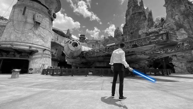 El presidente de los parques Disney sacando un sable de luz retráctil en Instagram.