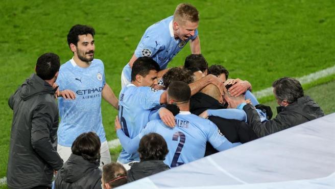 Los jugadores del City celebran con Guardiola el pase a semifinales.