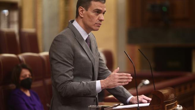 El presidente del Gobierno, Pedro Sánchez, interviene durante una sesión plenaria, a 14 de abril de 2021, en el Congreso de los Diputados, Madrid, (España). Durante el pleno, el Gobierno dará cuenta de los datos y ge
