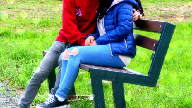 Imagen de archivo de una pareja en un parque.