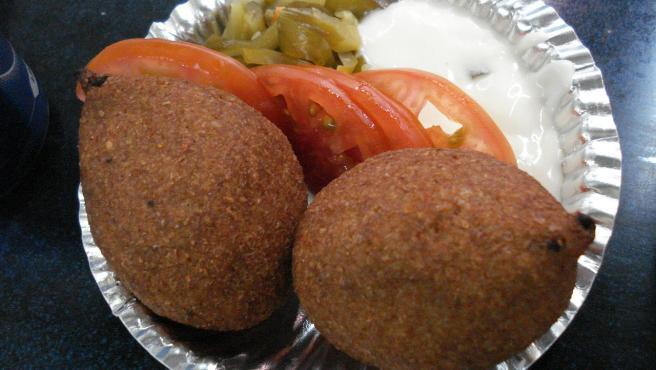 El kibbeh se hace con una mezcla de carne picada de cordero, bulgur y especias.