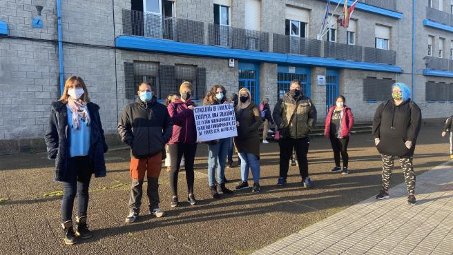 La concejala de Ciudadanos Gijón Ana Isabel Menéndez participa en la concentración de protesta del colegio Santa Olaya