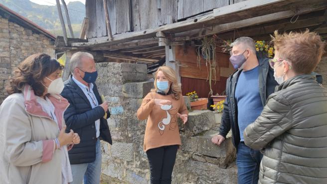 La presidenta del PP de Asturias, Teresa Mallada, junto a miembros de la plataforma SOS Turismo Rural Asturias en Sobrescobio.