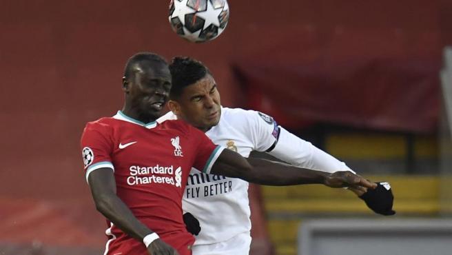 Mane y Casemiro pugnan por un balón en el Liverpool vs Real Madrid.