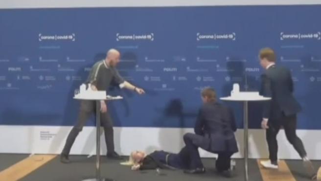 Momento donde la La directora de la Agencia del Medicamento de Dinamarca se desmaya.