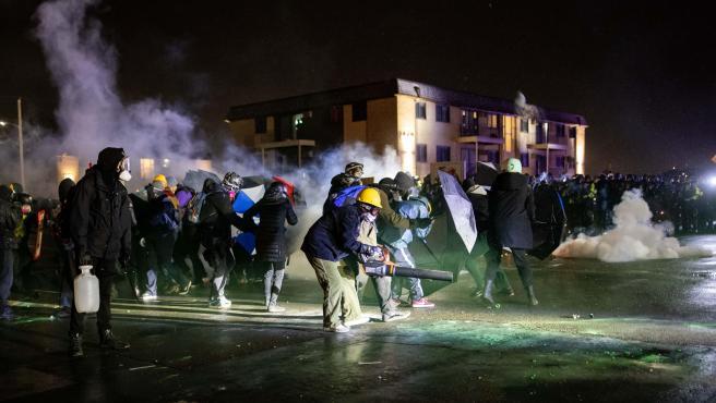 Disturbios frente a la comisaría de Brooklyn Center, un suburbio de la ciudad de Mineápolis.