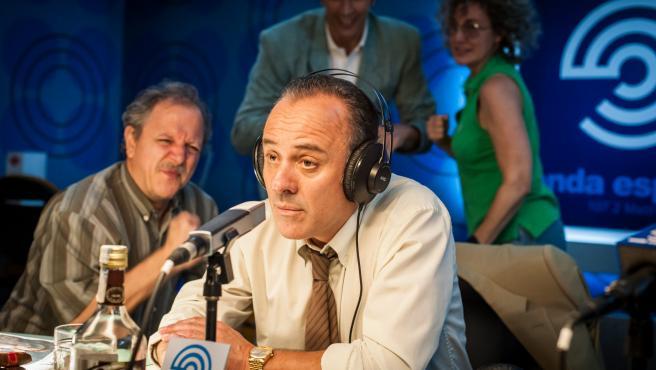 Reyes de la noche': tráiler de la serie que reaviva la guerra radiofónica  entre José María García y José Ramón de la Morena